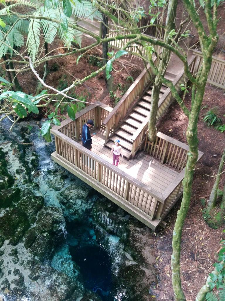 Hier sind wir an der Quelle angekommen. Das Wasser ist unglaublich klar und die Quelle tief, ein paar Münzen liegen tief versunken dort unten.