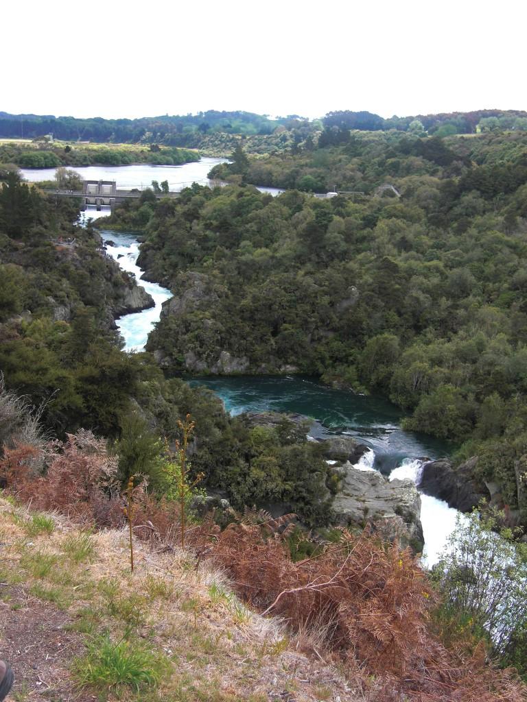 Voll ist das Becken und auch der Fluss darüber ist nun randvoll bis zum dunkleren Randbereich gefüllt.