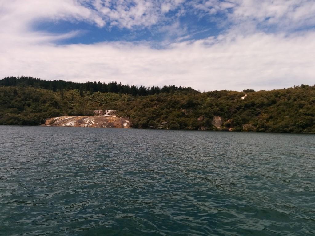 Da drüben ist also die Insel. Grün aber plötzlich auch geothermischer Kram.