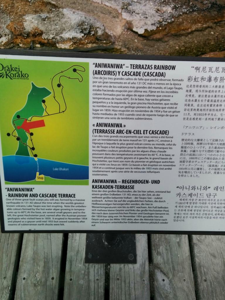 Aniwaniwa - Regenbogen- und Kaskaden-Terrasse... Eine der drei großen Bruchstufen, die Sie hier sehen, entstand bei einem großen Erdbeben 131 AD, etwa zu der Zeit, als der weltweit größte bekannte Vulkan - der Taupo-See - zuletzt ausbrach. Achten Sie auf die unglaublichen Farben, die durch die Heißwasseralgen hervorgerufen werden, die hier in Wassertemperaturen von bis zu 60°C wachsen. Am Fuß befinden sich mehrere kleine Geysire und links das große Hochstetter-Pool, das nach dem österreichischen Pionier und Geologen benannt wurde, der 1859 hier tätig war. Im November 1954 sprudelte hier ein Geysir und war bis Mitte 1955 aktiv, aber die Aktivität hörte nach einem Schwarm unterirdischer Erdbeben ebenso plötzlich wieder auf.