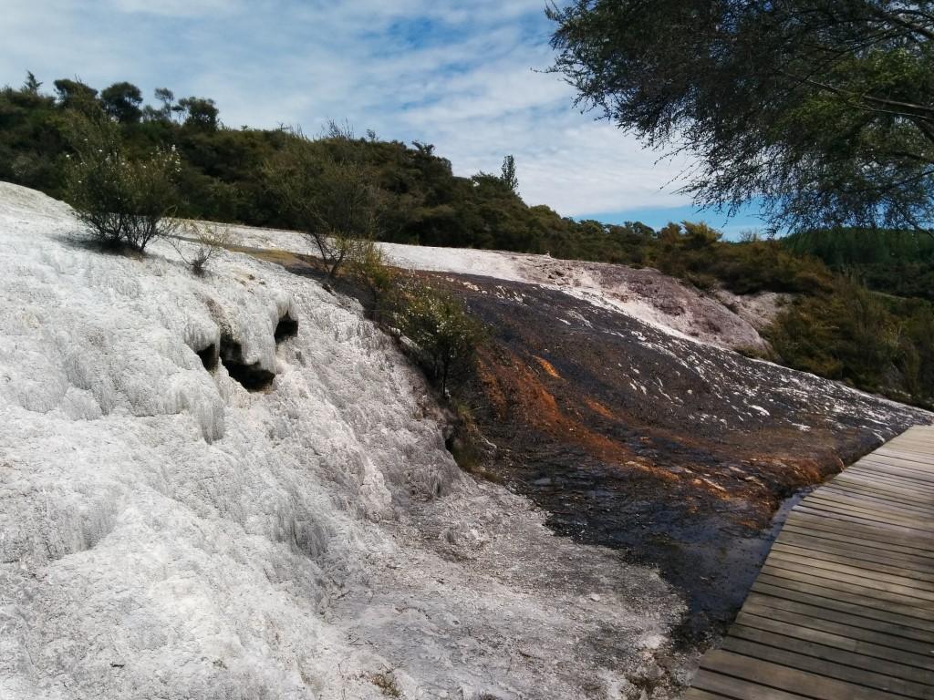 Sieht das nicht aus, als läge hier Schnee und darüber hätte sich eine Schicht erkaltete Lava ausgebreitet?