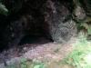 Diese Höhle sieht auf dem Foto nicht so spektakulär aus. Interessant finde ich aber, dass man z.B. an dem Schild rechts sieht, dass man früher einmal viel tiefer in die Höhle durfte. Das ist nun verboten.