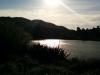 Die Sonne steht tief, bald ist Abendbrotzeit! Schnell nach Hause, meine Wanderung ist tatsächlich vorbei. Der See ist gegenüber vom Parkplatz.