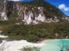 Der Kratersee mit schön blauem Wasser. Im Hintergrund sieht man schon, wo es gleich rauf geht...