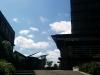 Hier ist das Uni-Gelände zu sehen. Im Gebäude rechts ist unten die Cafeteria.