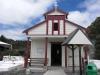 Es gibt tatsächlich zwei Kirchen mit unterschiedlichen Glaubensrichtungen im Dorf.