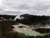 """Ich schaue mich dann mal etwas im """"Hinterland"""" des Dorfes um. Hier wieder der Geysir in Te Puia, der gerade wieder spuckt."""